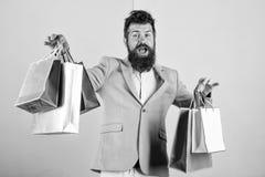 Cadeaux d'achat ? l'avance Appr?ciez vendredi noir de achat Achats de hippie avec la remise Homme d'affaires barbu de hippie d'ho image stock