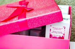 Cadeaux d de fête de naissance sur la table Images libres de droits