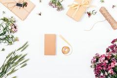 Cadeaux d'emballage et préparation à la célébration dans le processus Image stock