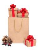 Cadeaux dans un panier Photographie stock