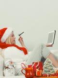Cadeaux de achat de Noël de femme en ligne Images libres de droits