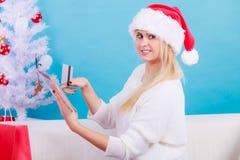 Cadeaux de achat de Noël de femme en ligne Image stock