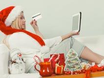 Cadeaux de achat de Noël de femme en ligne Photographie stock libre de droits