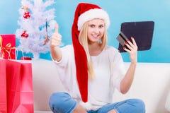 Cadeaux de achat de Noël de femme en ligne photo stock