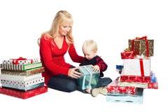 Cadeaux de famille de Noël photographie stock