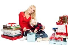 Cadeaux de famille de Noël photographie stock libre de droits