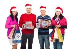 Cadeaux de fixation de gens de Noël heureux Photographie stock