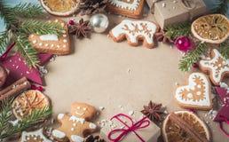 Cadeaux de fond, branches de sapin et biscuits de Noël Image stock