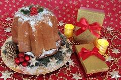 Cadeaux de gâteau et de Noël de Pandoro Images stock