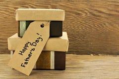 Cadeaux de jour de pères sur le bois Photographie stock libre de droits