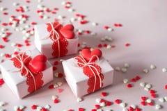 Cadeaux de jour du ` s de Valentine d'emballage Boîte-cadeau faits main et décorations Sur le fond rose avec arrose Photo libre de droits