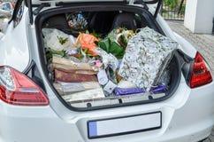 Cadeaux de mariage dans le tronc d'une voiture image stock