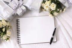 Cadeaux de mariage et livre d'écriture Image stock