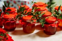 Cadeaux de mariage pour des invités : boîtes avec des gâteaux, des pots doux avec la confiture et des poches avec des sucreries P Photos stock