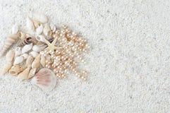 Cadeaux de mer sur le sable Photos stock