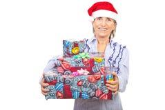 Cadeaux de Noël âgés riants de fixation de femme Images stock