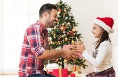 Cadeaux de Noël de échange et s'ouvrants de père et de fille Photos libres de droits