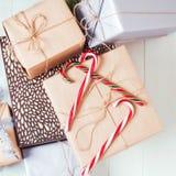 Cadeaux de Noël étendus sur un fond blanc Photos libres de droits
