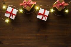 Cadeaux de Noël, étoiles sur la vieille table en bois images libres de droits