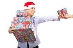 Cadeaux de Noël aînés de fixation de femme Photos stock
