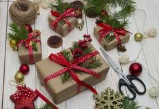 Cadeaux de Noël avec la décoration de Noël sur le plan rapproché en bois de fond, fabrication de cadeau photographie stock libre de droits