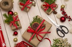 Cadeaux de Noël avec la décoration de Noël sur le plan rapproché en bois de fond, fabrication de cadeau photo stock