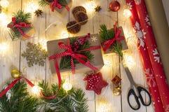 Cadeaux de Noël avec la décoration de Noël sur le plan rapproché en bois de fond, fabrication de cadeau photographie stock