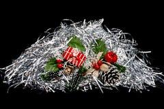 Cadeaux de Noël avec la serpentine argentée image stock
