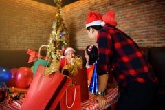Cadeaux de Noël avec le jeune fond d'amis Image stock