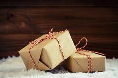 Cadeaux de Noël avec le ruban rouge photo stock