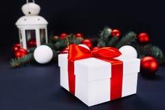 Cadeaux de Noël avec le ruban rouge sur le fond foncé Images libres de droits