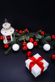 Cadeaux de Noël avec le ruban rouge sur le fond foncé Image stock