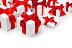 Cadeaux de Noël avec les arcs rouges Photographie stock