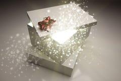 Cadeaux de Noël avec venir lumineux et magique de quelque chose de Image stock