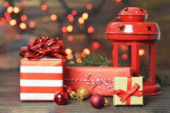 Cadeaux de Noël, boules de Noël et lanterne de cru image stock