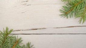 Cadeaux de Noël, branches d'arbre de sapin sur la table en bois blanche, fond Composition de Noël Configuration plate, cadre image stock