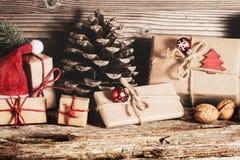 Cadeaux de Noël, décorations de Noël sur le bois image libre de droits