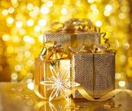 Cadeaux de Noël d'or Photographie stock libre de droits