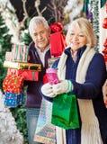 Cadeaux de Noël d'achats de femme avec l'homme Photos libres de droits