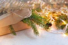 Cadeaux de Noël d'emballage Boîte-cadeau et décorations de Noël Vue supérieure Photographie stock