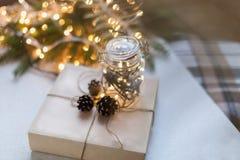 Cadeaux de Noël d'emballage Boîte-cadeau et décorations de Noël Vue supérieure Photographie stock libre de droits