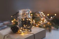 Cadeaux de Noël d'emballage Boîte-cadeau et décorations de Noël Vue supérieure Photo libre de droits