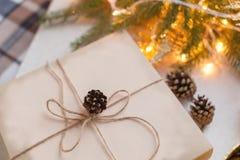 Cadeaux de Noël d'emballage Boîte-cadeau et décorations de Noël Vue supérieure Images libres de droits