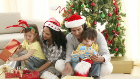 Cadeaux de Noël d'ouverture de famille dans le salon clips vidéos