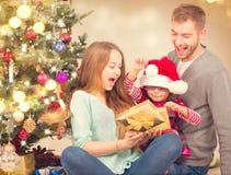 Cadeaux de Noël d'ouverture de famille de Noël Images stock