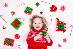 Cadeaux de Noël d'ouverture de petite fille Image libre de droits