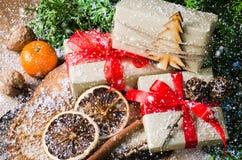 Cadeaux de Noël dans le style rustique avec des décorations de vacances Composition en Noël sur le fond en bois Photos libres de droits