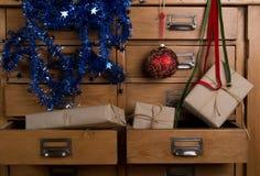 Cadeaux de Noël dans le tiroir image libre de droits