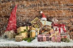 Cadeaux de Noël dans une chute de neige d'hiver image libre de droits