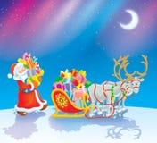 Cadeaux de Noël de charge de Santa Image stock